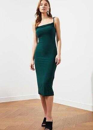 Zümrüt yeşili degaje yaka midi boy elbise