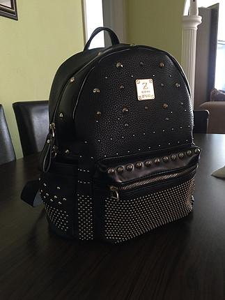 Zımbalı sırt çantası