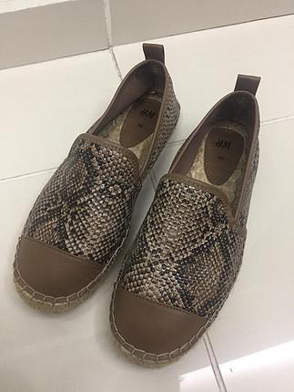 Yılan derisi desenli ayakkabı