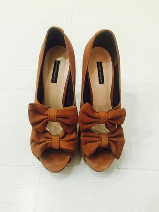 Fiyonklu güderi topuklu ayakkabı