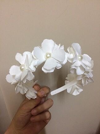 Beyaz çiçek taç incili