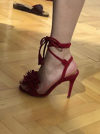 Puskul detayli topuklu ayakkabi