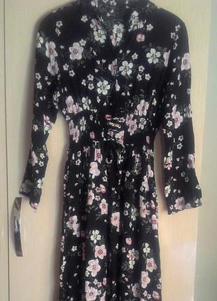 uzun pembe çiçekli siyah günlük elbise
