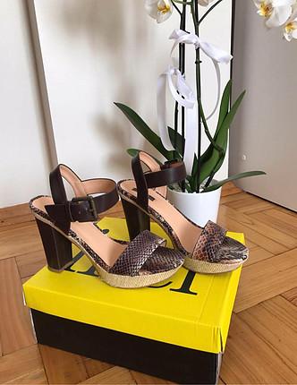 İnci topuklu sandalet