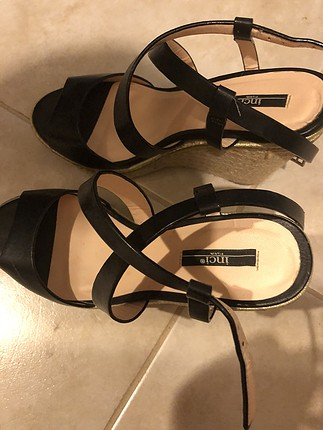 Inci deriden sadece bir kere giyilmis sandalet