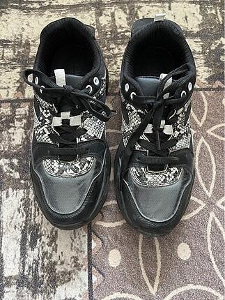 Siyah zebra desenli spor ayakkabı