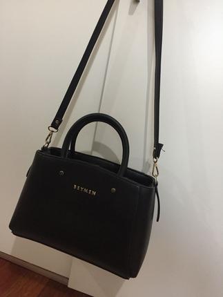 Siyah askılı omuz çantası
