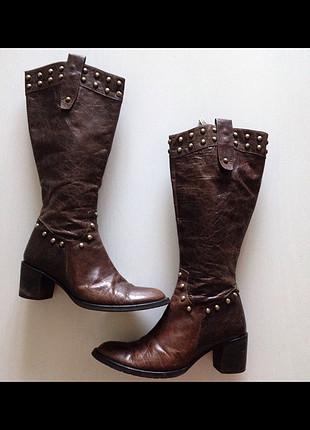 Eskitilmiş deri görünümlü alçak topuklu çizme