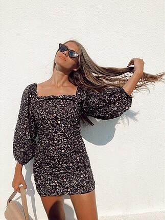 Siyah çiçekli elbise etiketli