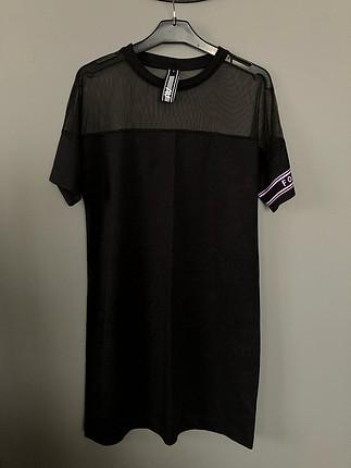 Siyah, kısa kollu, omuzu transparan detaylı Elbise