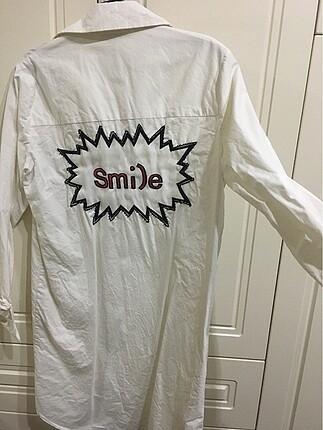 Kuaybe gider marka Uzun, arkasında smile yazan keten tunik