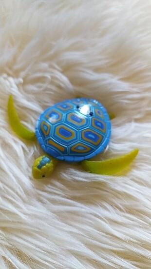 Pilli suda yüzen oyuncak kaplumbağa