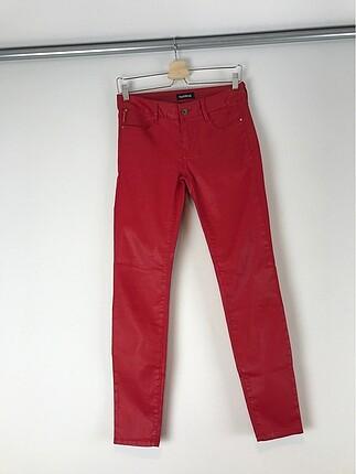 Kırmızı deri pantolon