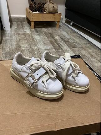 Taşlı tokalı spor ayakkabı