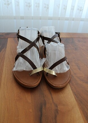 kahverengi gold deri düz taban sandalet