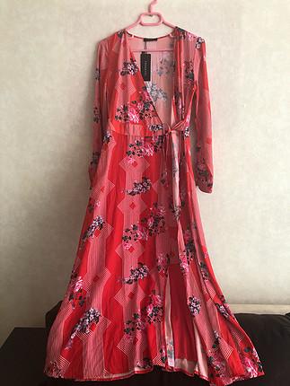 Çiçek Desenli Kırmızı Elbise