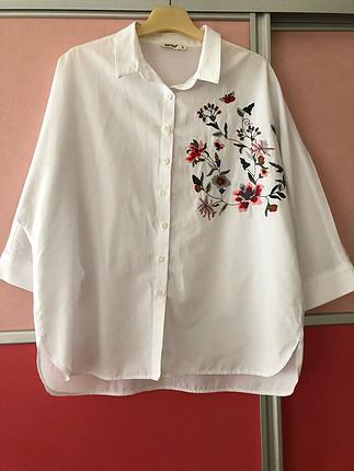 Beyaz Çiçek Desenli Gömlek
