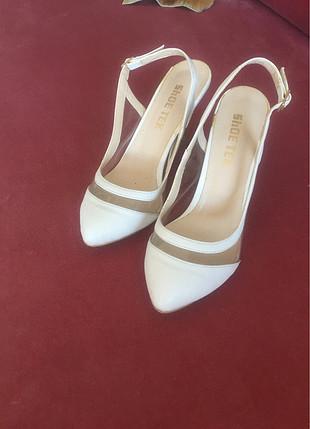 Beyaz stiletto topuklu ayakkabı